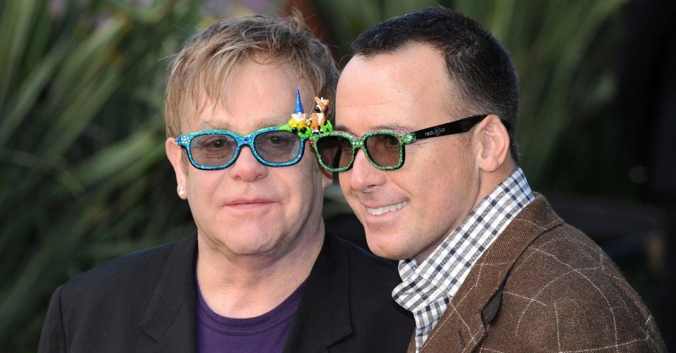 10 EFE Foto de archivo tomada el 30 de enero de 2011 del cantante brit?nico Elton John (izq) y su pareja sentimental David Furnish (dcha) a su llegada a la presentaciÛn de la pelÌcula