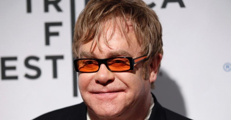 11 Música: o cantor britânico Elton John posa para foto na estreia de