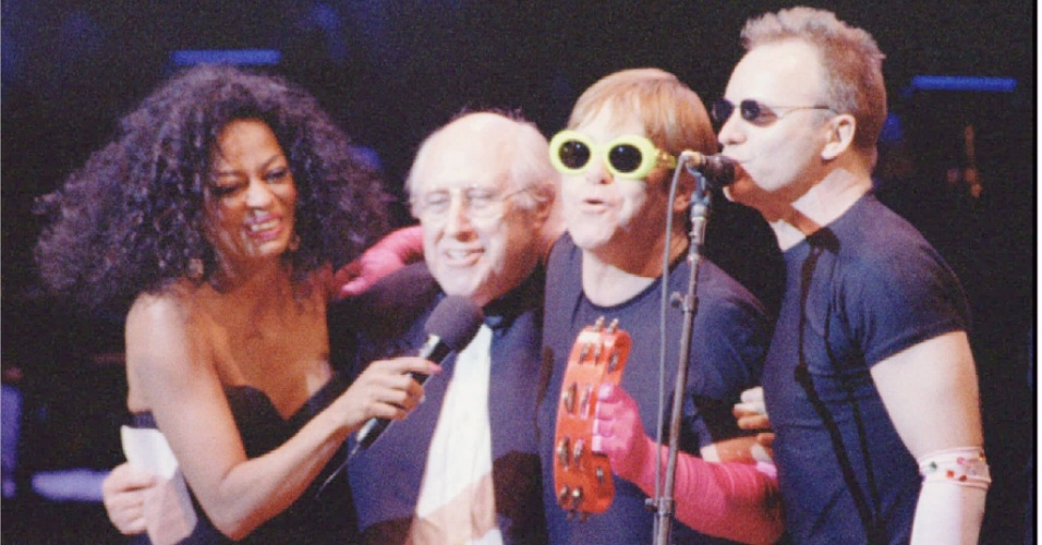 Concerto beneficente nos E.U.A: Singers Diana Ross [L], Sting [R] and Elton John, [second from right], are joined in a finale by cellist Mstislav Rostropovich at the conclusion of the Rainforest Foundation's seventh annual Carnegie Hall benefit in New York, April 12. The Rainforest Foundation, founded by Sting's wife Trudie Styler, works to protect indigenous peoples and their environment. pm/Photo by Peter Morgan REUTERS