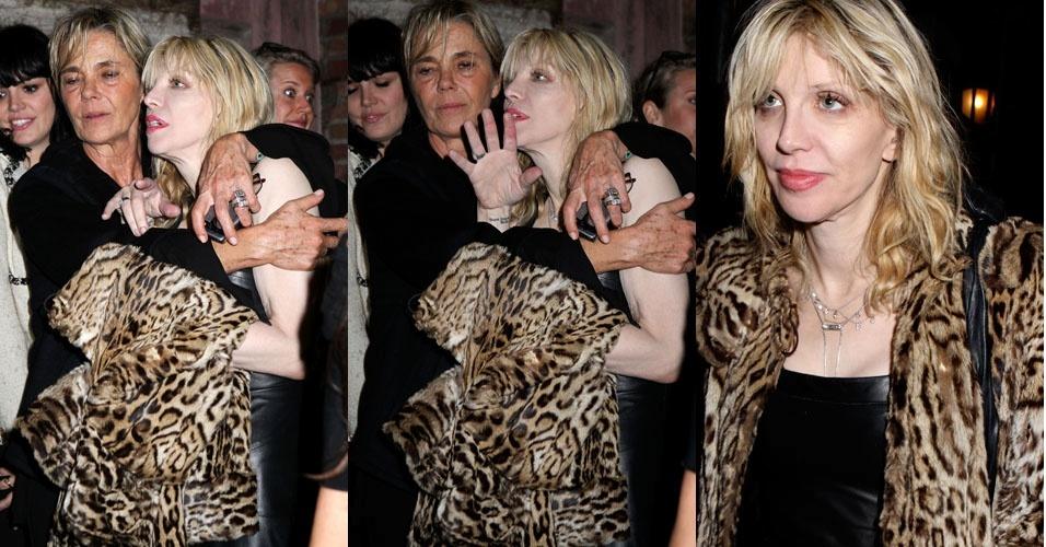 """Courtney Love é fotografada saindo da festa do designer Salvatore Ferragamo, em Nova York (22/3/2012). De acordo com o jornal """"Daily Mail"""", a ex-mulher de Kurt Cobain deixou o local acompanhada por amigos"""
