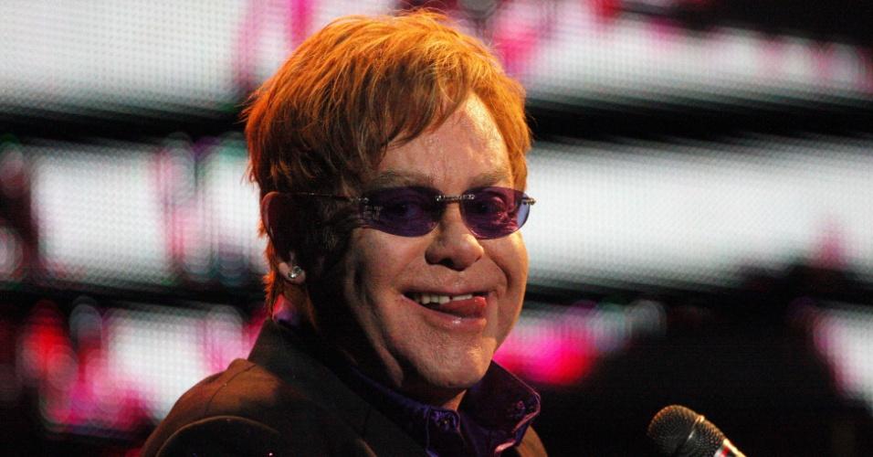 Elton John se apresenta em Guadalajara, no México, com óculos roxos decorados com suas iniciais (24/2/12)