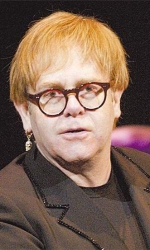 O cantor Elton John apresenta, em um show ao vivo no evento Fashion Rocks 06, seu albúm