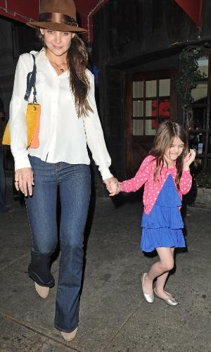 Tímida, Suri Cruise faz careta ao ser flagrada por paparazzi. A filha de Suri Cruise, de 6 anos, jantou com a mãe, Katie Holmes, no restaurante Joanne Trattoria, dos pais de Lady Gaga, em Nova York (21/3/12)