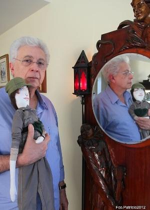 """Um dia antes do fim de """"Fina Estampa"""", Aguinaldo Silva publica foto no Twitter com um boneco de Pereirão, personagem de Lília Cabral (22/3/12)"""