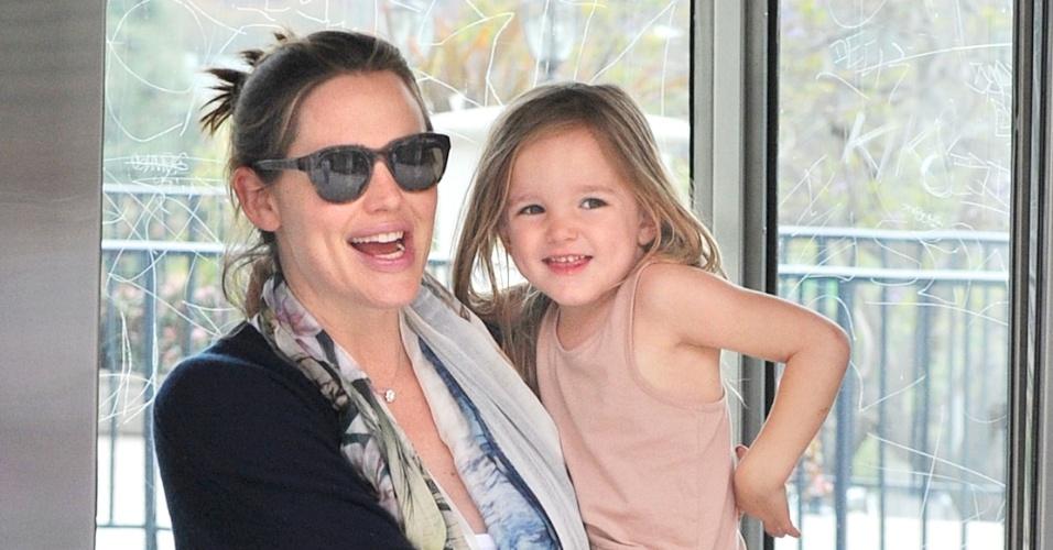 Após o nascimento do terceiro filho, fruto do relacionamento com o ator Ben Aflleck, Jennifer Garner passeia com a filha Seraphina na Califórnia (22/3/12)