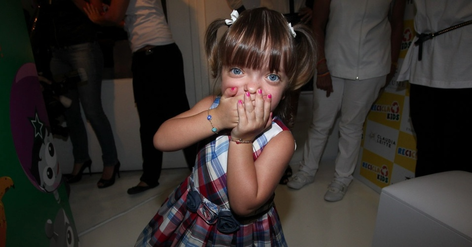 Rafaella Justus, filha da apresentadora Ticiane Pinheiro e do empresário Roberto Justus, mostra as unhas pintadas de rosa. A menina prestigiou o evento de uma marca infantil, em São Paulo (22/3/2012)