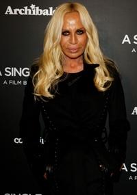 A estilista Donatella Versace durante premiere em Milão