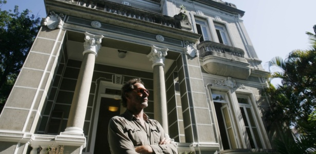 O estilista Oskar Metsavaht em frente à sede de sua grife Osklen, no bairro de São Cristóvão (RJ) - Folha Imagem