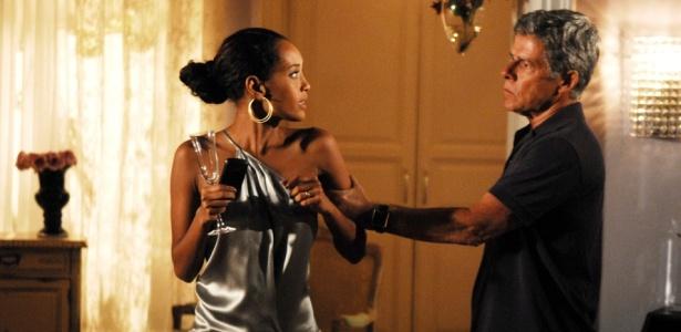 Marcos (José Mayer) trai Helena (Taís Araújo) e ainda quer impedir que a mulher trabalhe como modelo na trama de Manoel Carlos