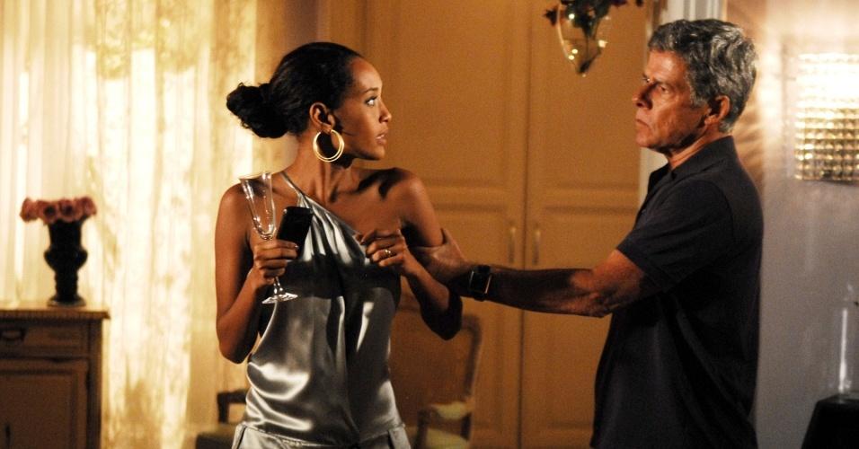 Marcos (José Mayer) trai Helena (Taís Araújo) e ainda quer impedir que a mulher trabalhe como modelo