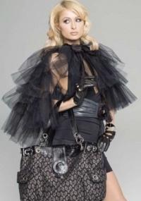 Paris Hilton com uma das bolsas de sua linha, que chega ao Brasil
