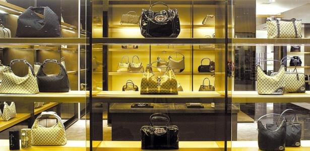 Bolsas da marca Gucci são expostas em vitrine de loja da marca em São Paulo, capital