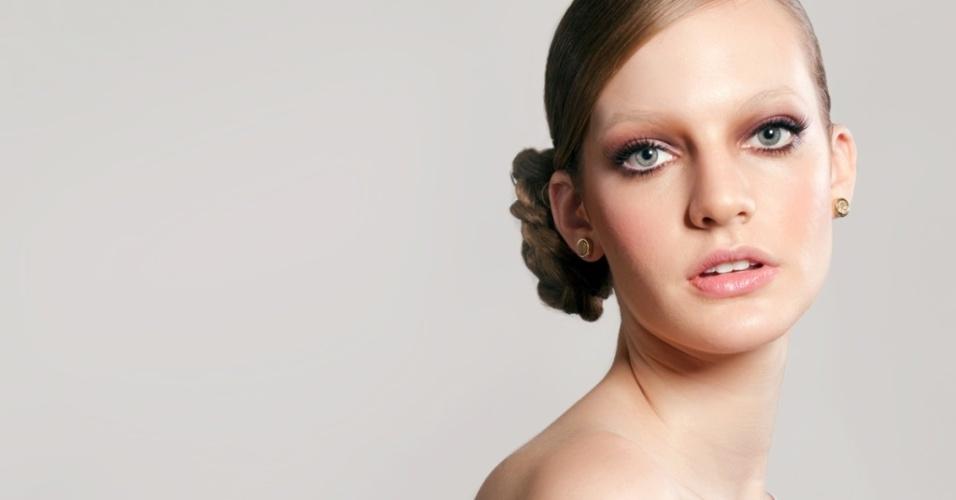 Modelo usa as sobrancelhas apagadas com corretivo em maquiagem feita por Theo Carias
