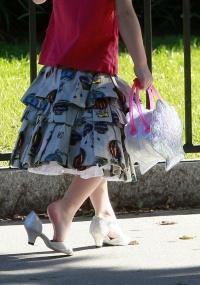 Suri, filha de Tom Cruise e Katie Holmes, sempre é vista de sapato de saltinho (21/09/09)