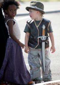 Num passeio a uma loja de brinquedos, Shiloh preferiu ser fantasiada de Peter Pan, com direito à espada na cintura