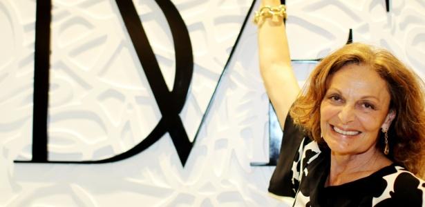 Diane von Furstenberg posa em frente à loja de sua marca em São Paulo (07/04/2010); loja brasileira da estilista é a segunda que mais vende no mundo, ficando atrás apenas da de Nova York - Flávio Florido/São Paulo
