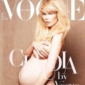 Claudia Schiffer posa nua e grávida na capa da edição de maio/2010 da Vogue Alemã