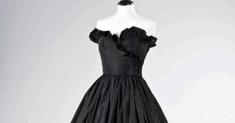 Vestido de tafetá preto usado pela princesa Diana em sua primeira aparição pública ao lado do príncipe Charles