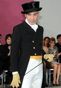 O estilista John Galliano após desfile de alta-costura da Christian Dior para o Verão 2010