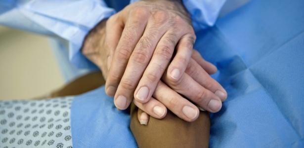 """""""Não há regras de como se comportar, mas, com o impacto da descoberta de uma doença, fazer-se presente na vida do doente é o que mais vale"""", afirma psicóloga - Getty Images"""