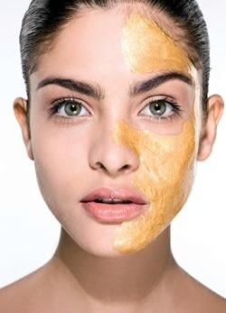 Modelo usa máscara para a pele feita com ouro