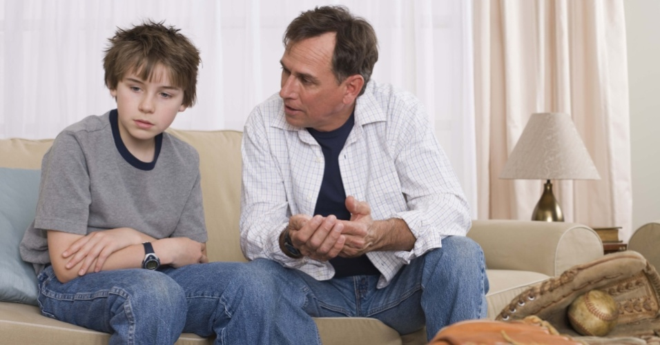 Pai conversando com filho; discussão entre pai e filho; educação; pais e filhos, família