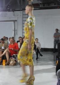 Look em comprimento no meio da perna, com estampas em cores fortes, ilustra a coleção de Verão 2011 da Clements Ribeiro
