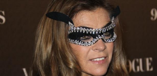 """Carine Roitfeld ao chegar para festa de máscara da """"Vogue"""" francesa"""