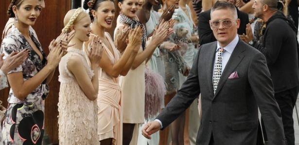 O estilista britânico Giles Deacon ao fim do desfile da Emanuel Ungaro, em Paris (04/10/2010) - Reuters