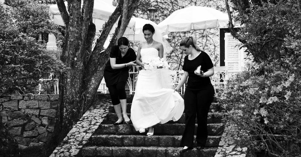 Assessoras de casamento da empresa Compagnie auxiliam a noiva no caminho para o altar