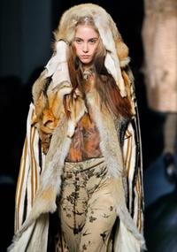 Em Paris, modelo desfila look de Jean Paul Gaultier para o Inverno 2008/09 (26/02/2008)