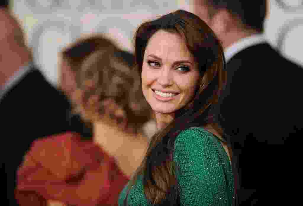Angelina Jolie usou sua maquiagem padrão: sombra cinza marcando o côncavo, contorno preto rente aos cílios inferiores - do canto externo ao meio do olho -, cílios postiços e delineador. Na boca, gloss natural. Os cabelos estavam soltos, com volume na raiz - undefined