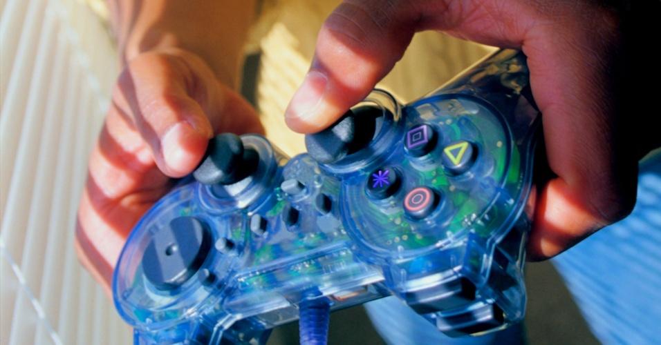 Criança jogando videogame