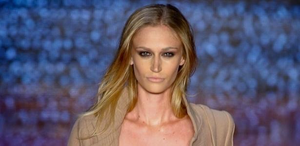 Viviane Orth desfila look de Samuel Cirnansck para o Inverno 2011 (28/01/2011) - Alexandre Schneider/UOL