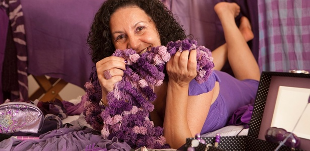 Maria Veronica Pinheiro Martins tem mania de roxo: de roupas a acessórios, passando por itens para a casa - Monalisa Lins/UOL