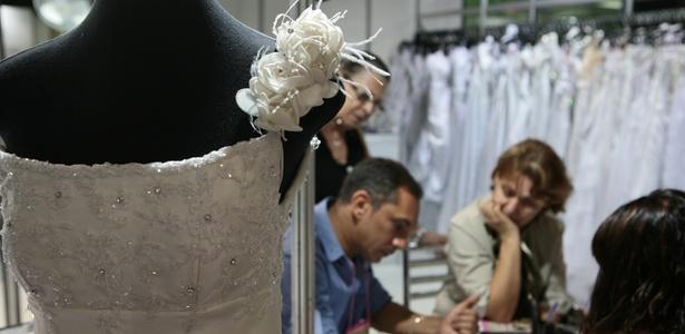 Modelo de vestido de noiva na ExpoNoivas & Festas: detalhes como bordados e aplicações são decididos na hora entre fornecedor e cliente - Monalisa Lins/UOL