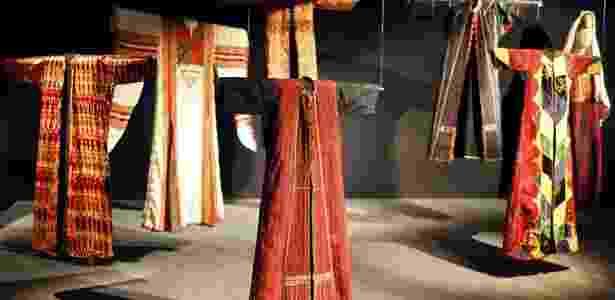 """Vestidos festivos palestinos são apresentados na mostra """"O Oriente das mulheres visto por Christian Lacroix"""", no Museu Quai Branly, em Paris. A coleção de 150 peças tradicionais e acessórios, selecionadas pelo estilista Christian Lacroix, ficará em cartaz até 15 de maio - Charles Platiau/Reuters"""