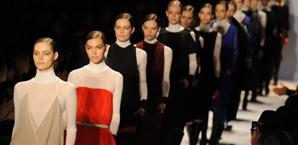Modelos desfilam coleção de Inverno 2011 da BCBGMax Azria na Semana de Moda de Nova York (10/02/2011) - Stan Honda/AFP