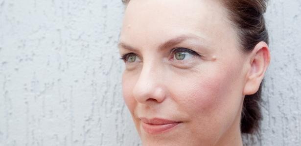 Rita Tessarini, 46, mostra como a aplicação correta da maquiagem e a valorização de produtos de liquídos e leves ajudam a amenizar as rugas e marcas de expressão - Patrícia Araújo/UOL