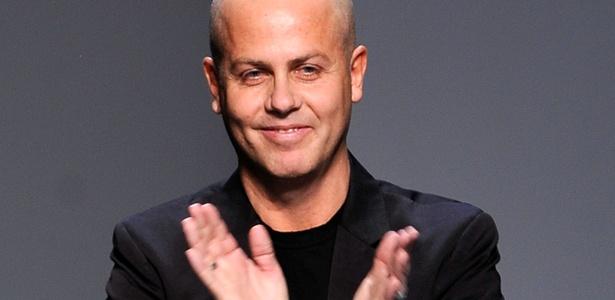 O estilista italiano Italo Zucchelli, diretor criativo da linha masculina da Calvin Klein, ao final do desfile da marca na semana de moda de Nova York (14/02/2010) - Getty Images