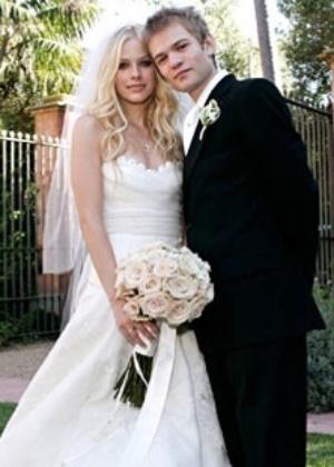 Foto da cantora Avril Lavigne e de Deryck Whibley, vocalista da banda Sum 41, no casamento dos dois, em 2006