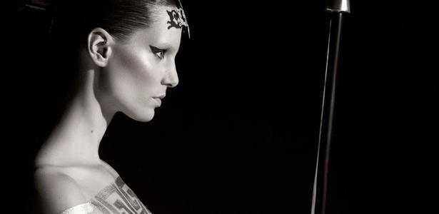 A modelo austríaca Iris Strubegger, em foto de Karl Lagerfeld, para o calendário Pirelli 2011 - Divulgação