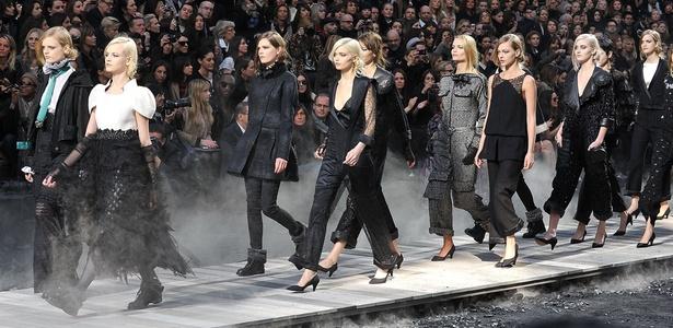 Modelos desfilam coleção da Chanel entre carvão e fumaça cenográfica - Antonio Barros/UOL
