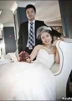 Samuel Kim e Helen Oh decidiram improvisar e usar o Skype para realizar o casamento, após o noivo sofrer uma infecção e ficar internado. O casal tirou fotos de noivado em janeiro