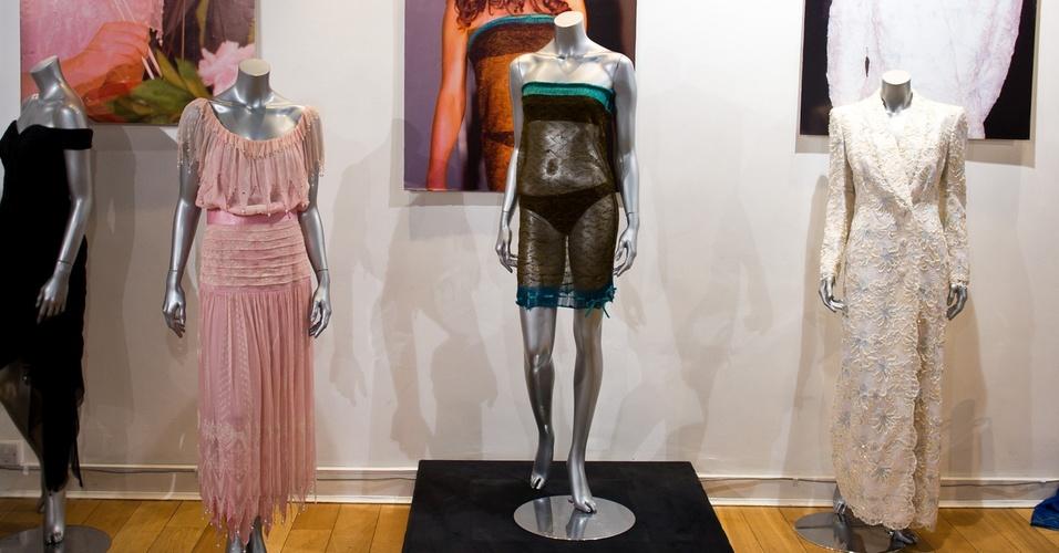 Vestido rosa em chiffon Zandra Rhodes usado pela princesa Diana, vestido de tricô Charlotte Todd usado por Kate Middleton e vestido rendado Catherine Walker usado por Diana na França estão no leilão Passion for Fashion em Londres (16/03/2011)