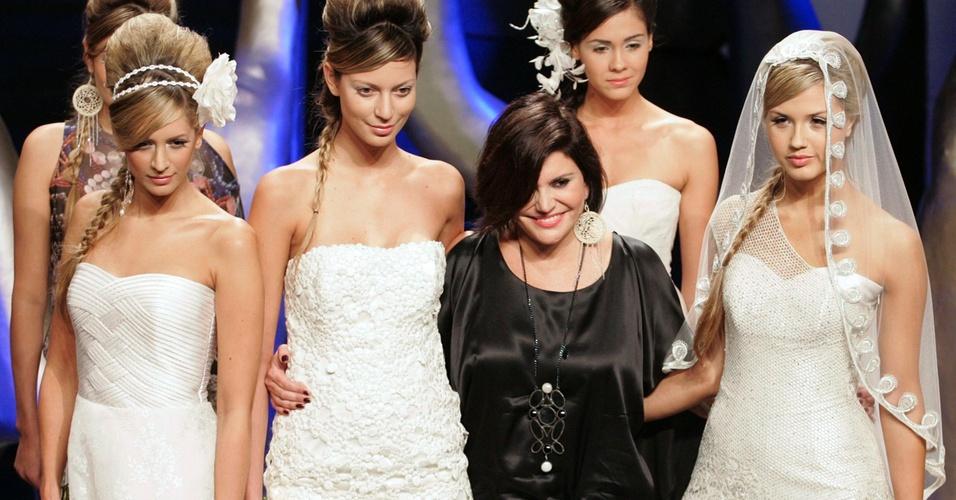 A estilista colombiana Francesca Miranda posa ao lado de modelos ao fim de seu desfile de vestidos de noiva durante o evento Plataforma K, em Baranquilla (23/03/2011)