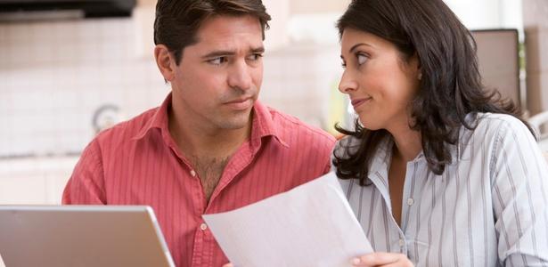 Para evitar crises por causa de dinheiro, deixem claras as responsabilidades de cada um e conversem abertamente sobre as finanças do casal - Thinkstock