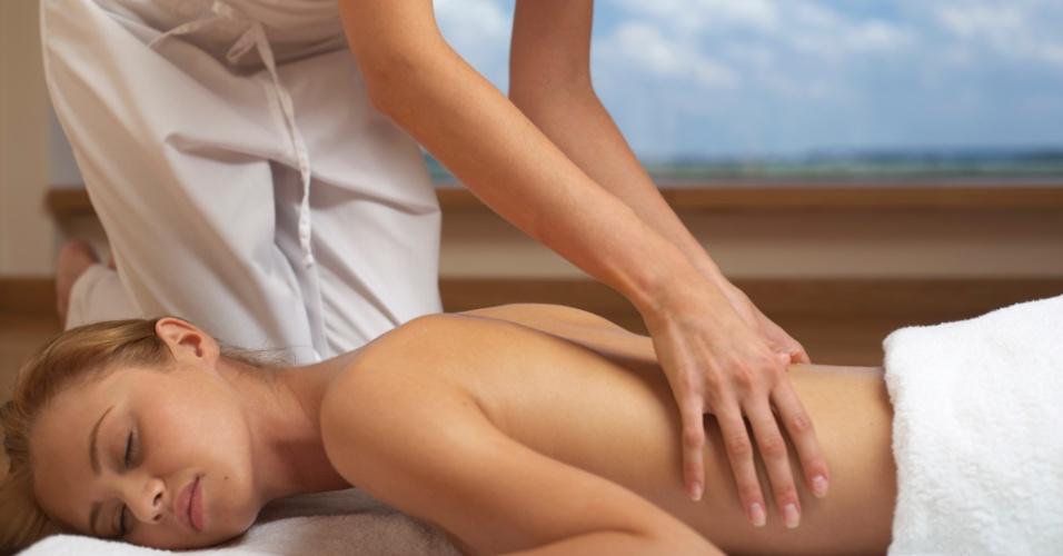 Mulher recebe massagem