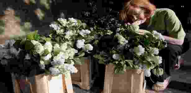 Florista trabalha em arranjo que será usado na decoração da Abadia de Westminster durante o casamento real (27/04/2011) - Getty Images