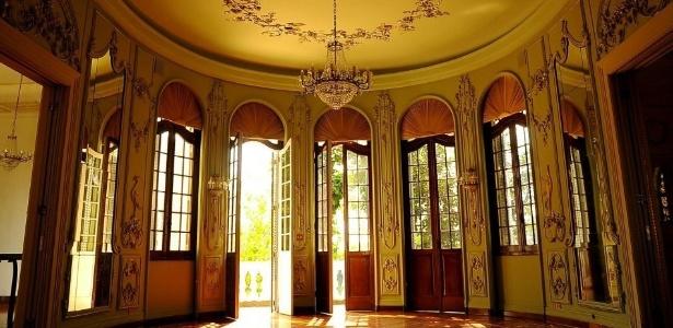 No Palácio dos Cedros, em São Paulo, grandes portas arredondadas e com vidro dão para o amplo jardim, digno de palácios de princesa e ideal para casamentos de sonhos - Divulgação